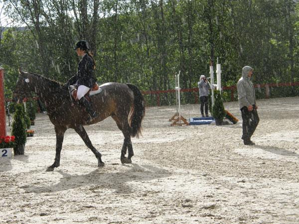 Lusifer (e.Löjtnantshjärta) og Ine S. Tidemandsen venter på startsignal mens regnet øser ned...