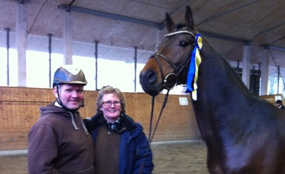 Corino Vdl og to stolte hingsteholdere Tormod Bakke Johnsen/Tobajo Sporthorses og Nina Karstensen/Bråten Gård