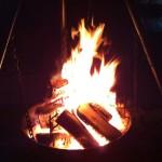 Kvelden senker seg og bålpanna varmer